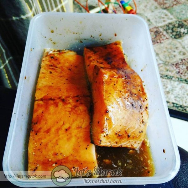 Season the surface of the salmon with salt, black pepper, dark soy and worcestershire. Set aside.