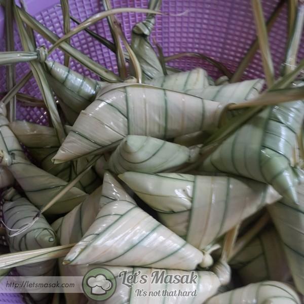 Lipat 3 kali sambil ditarik2 daun palas supaya pulut padat & kemas. Simpulkan ketupat. Lakukan hingga pulut habis.