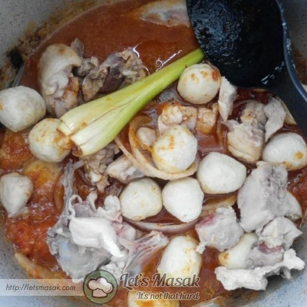 Masukkan air, daun limau, serai, isi ayam, bebola ayam, garam, gula dan paste tom yam. Kacau dan biarkan seketika.