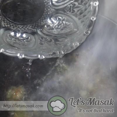 Tumis bahan yang ditumbuk tadi hingga hilang bau. Bila dah hampir masak, masukkan air.