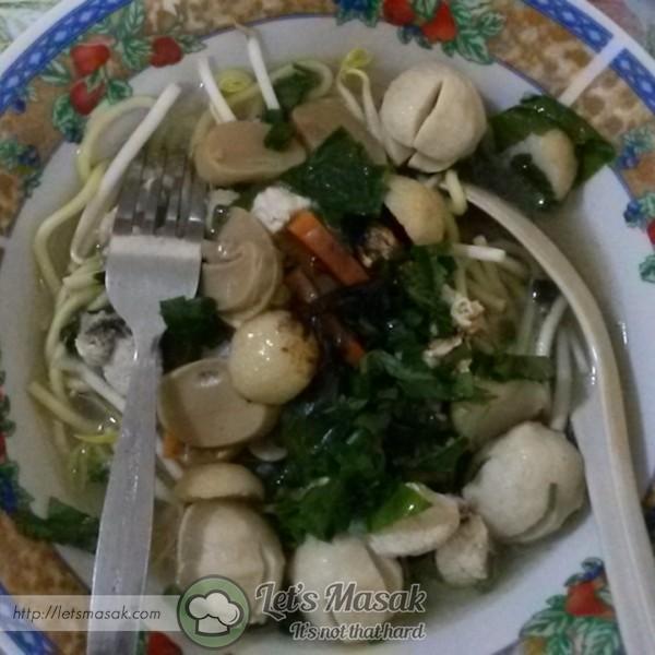 Sebagai hiasan, taburkan daun bawang, daun sup dan juga bawang goreng