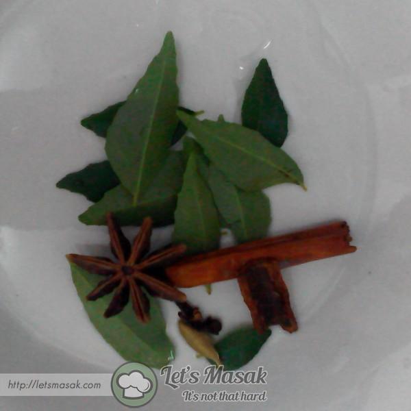 Tumis daun kari, bunga lawang, buah pelage dan buah pelaga.