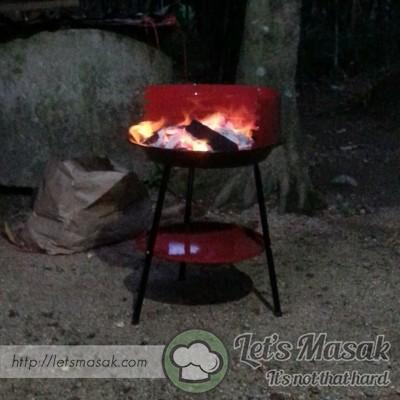 Masukkan hasil tumbuk tadi ke belakang ikan yang telah dibelah. Pastikan tempat bakar telah tersedia.