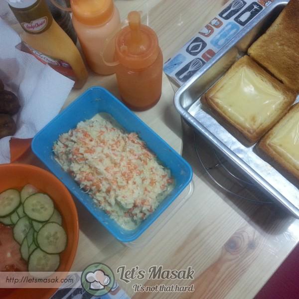 Susun bebola, letak sos yang digemari & tambah lagi coleslaw. Tutup dengan roti lagi satu. Siap untuk dimakan.