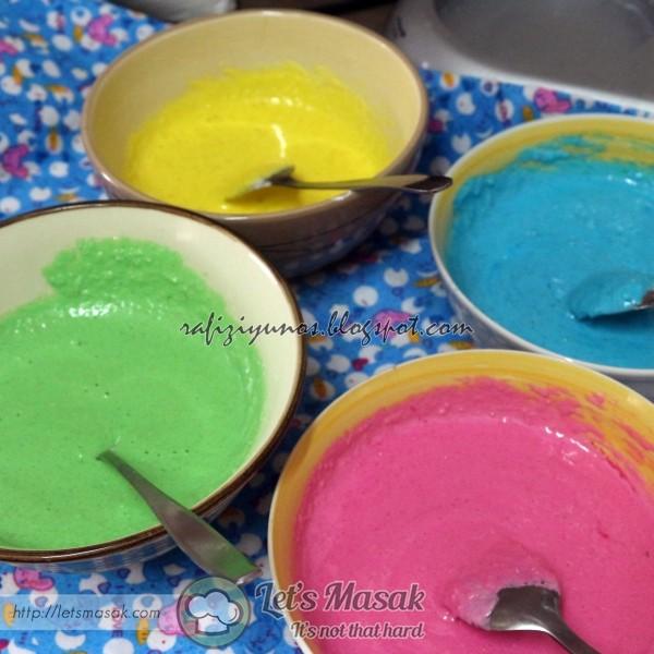 Masukkan gula aising dan serbuk almond dalam adunan meringue, gaul kaupkan. setelah sebati, asingkan kepada beberapa warna yg diingini.