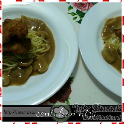 Hidang bersama spaghetti, dan juga mushroom sauce. Pasti anak anak dirumah suka dengan hidangan ini.