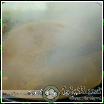 Masukkan rempah gulai dan bawang yang dikisar.. tumis sehingga rempah betul betul masak.