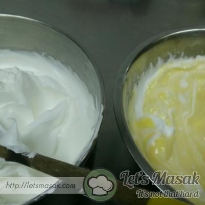 Campurkan meringue kedalam adunan tadi. Kacau perlahan lahan sehinga sebati.