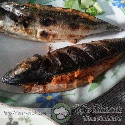 Balut ikan dengan daun pisang & siap untuk dibakar sehingga masak.