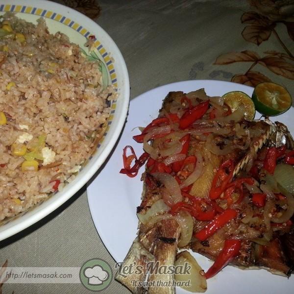 Angkat dan perahkan limau nipis. Hidang bersama nasi putih panas atau nasi goreng kampung.