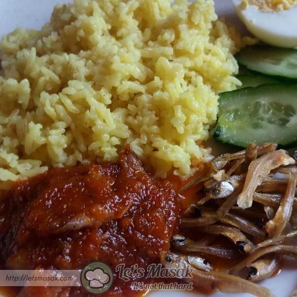 Hidangkan nasi bersama sambal tumis, ikan bilis garing, hirisan timun & telur rebus.