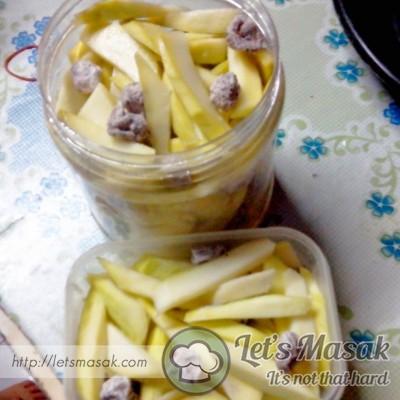 Masukkan jeruk ke dalam bekas tupperware / balang. Tutup dengan rapat. Letak dalam peti ais. Siap untuk disantap !