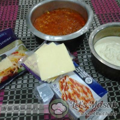 Ok siap dedua sos boleh mulakan buat lasagna tu. Kulit lagsana tu rendam(bukan didihkan) dalam air panas dulu untuk lembutkan sedikit.