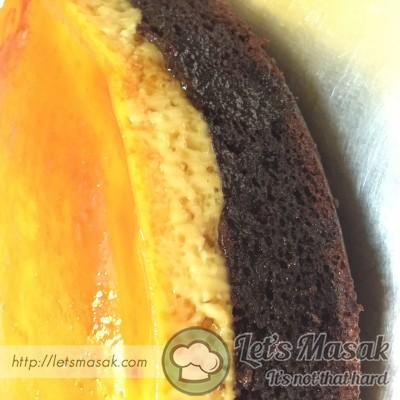 Setelah kek masak, sejukkan sepenuhnya sebelum disimpan didalam peti sejuk sebentar, kemudian terbalikkan. kek siap untuk dipotong.