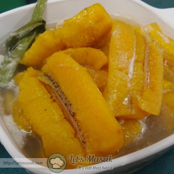 Tutup api apabila pisang sudah lembut. Masukkan ke dalam peti sejuk selama 20 minit untuk di hidang sejuk