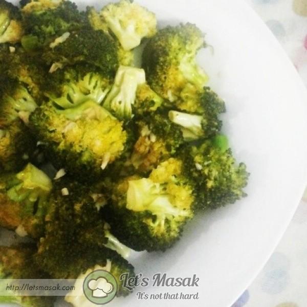 Gaul semua bahan sampai rata broccoli, ratakan dlm loyang. Bakar suhu 200C selama 5 minit. Balik balikkan broccoli & bakar lagi 5 minit.