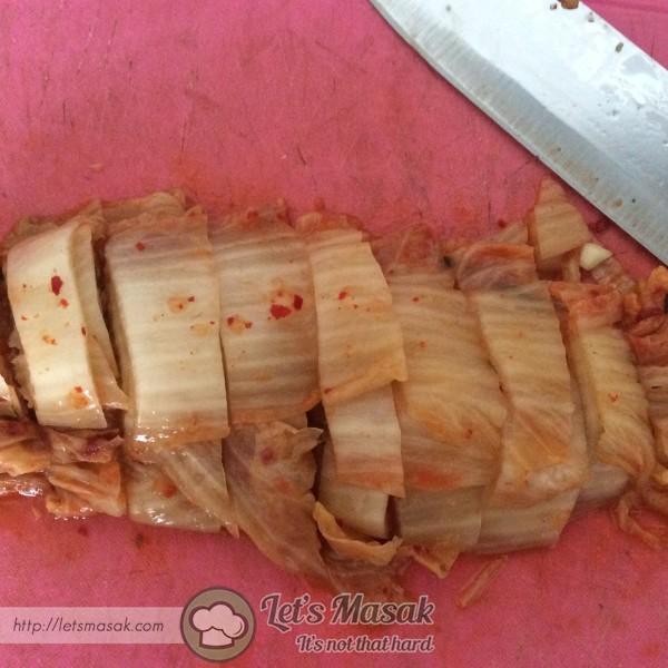 Dalam periuk, masukkan kimchi yang telah dipotong bersama jusnya sekali