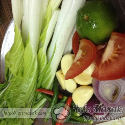 Tumbuk bawang besar, putih dan merah. Sawi dan tomato dipotong. Cili padi dibelah tidak sampai putus.