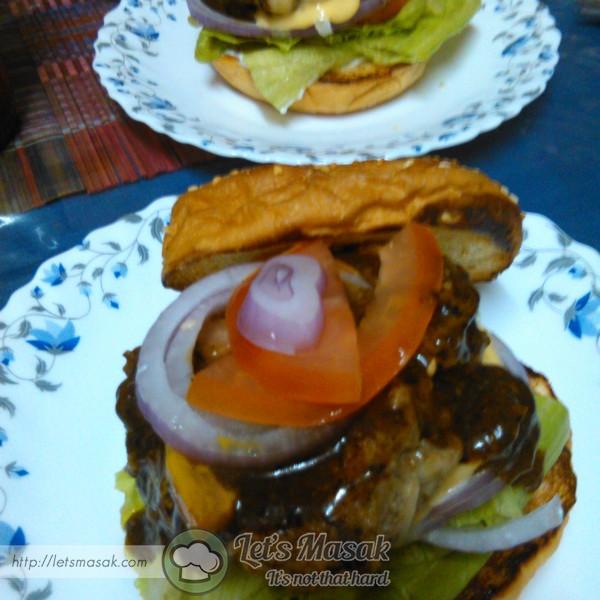 Susun patties, roti, sos dan sayuran kegemaran. Siap!!