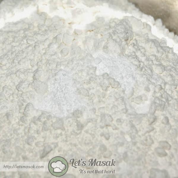 Ayak tepung naik sendiri dengan bp, sb dan secubit garam, ketepikan