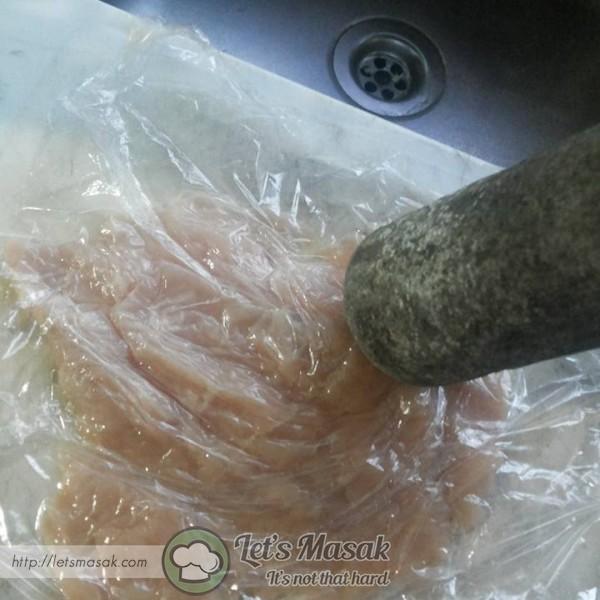 Cuci bersih dada ayam,potong cara butterfly kan ayam, lapik plastik wrapper dan tumbuk hingga leper.