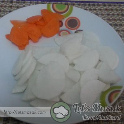 Kupas dan bersihkan lobak putih & lobak merah. Hiris lobak nipis.