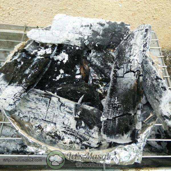 Tuangkan kedalam acuan akok dan bakar dengan menggunakan bara arang dan juga sabut.