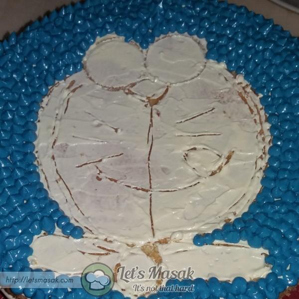 Picitkan buttercream biru mengikut outline yg tlh dilukis.