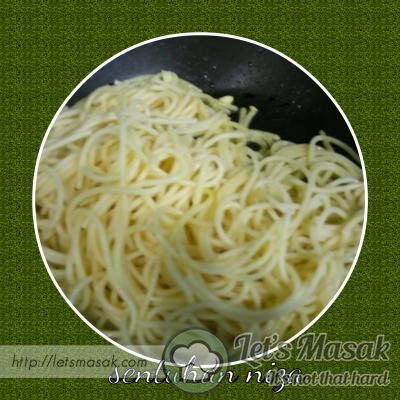 Kemudian masukkan spaghetti dan oregano. Perasakan dengan sedikit garam.
