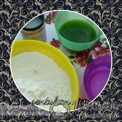 Masukkan kesemua tepung, jus pandan,air kapur, air dan garam ke dalam mangkuk. Uli sehingga sebati dah menjadi doh.