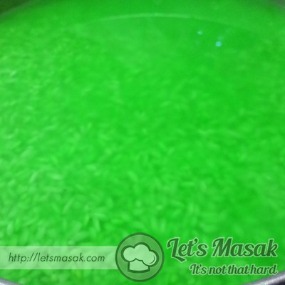 Beras pulut dimasukkan ke dalam loyang. Rendam dengan air dan campurkan pewarna hijau. Rendam dalam masa satu jam.