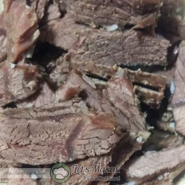 Rebus daging bersama air, halia dan rempah kurma sehingga empuk. Angkat dan ketepikan