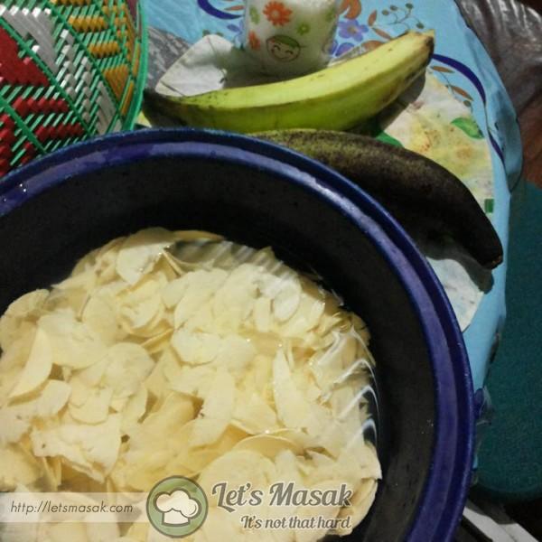 Sagat pisang tanduk dan rendam dalam air yg dicapur garam. Buat sampai habis.