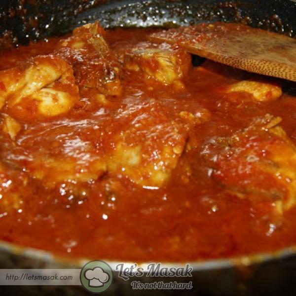 Kacau - kacaukan ayam dan tambah sedikit air.biarkan reneh dan sehingga ayam betul2 masak.serasikan garam dan gula.