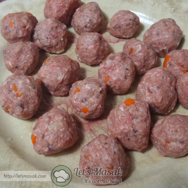 Gaulkan bahan tadi bersama daging dan kepalkan kepada bulatan kecil