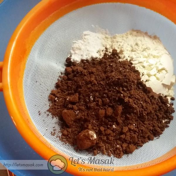 Ayak tepung gandum, serbuk koko, baking powder & soda bikarbonat.