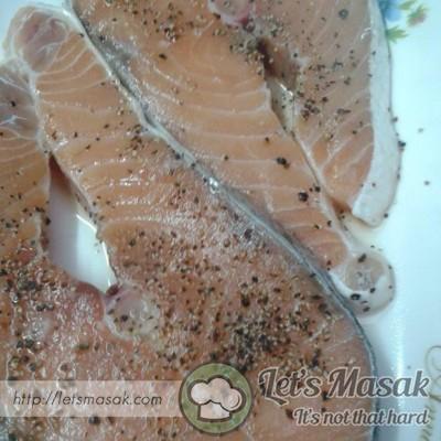 Ikan salmon dilumur dgn garam dan lada hitam.perap selama 40 minit jam.