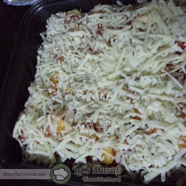Taburkan cheese mozarella di atas lapisan sos.