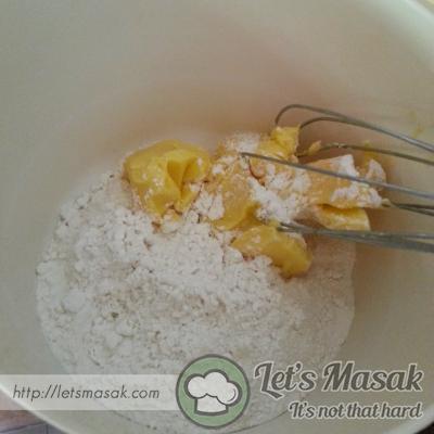 Mula-mula gaulkan tepung naik sendiri dengan gula kastor sehingga rata