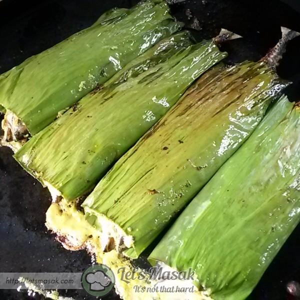 Kemudian, masukkan isi sumbat kedalam perut ikan. Balut dengan menggunakan daun pisang dan bakar di atas pan dengan api yg kecik