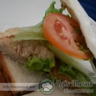 Akhir sekali sapukan adunan tuna tadi pada roti. kemudian letakkan hirisan tomato dan salad. Kapitkan dengan sekeping lagi roti.  siap untuk di hidang