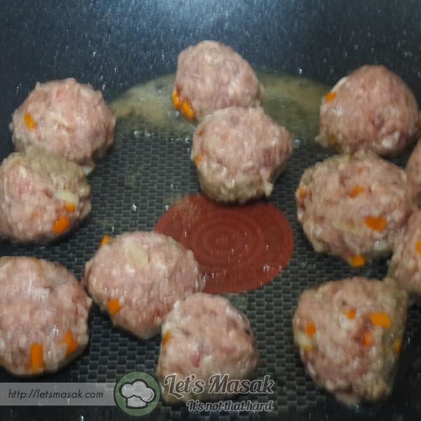 Panaskan non stick pan dan masukkan kepalan daging tadi sehingga masak. Sedia untuk dihidangkan.