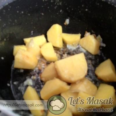 Masukkan kentang yang telah dipotong2 tadi. Gaul rata dan masukkan air sebanyak 2 cawan.