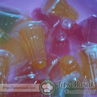 Susun jelly cumi mengikut kreativiti dan sejukkan dalam peti ais.