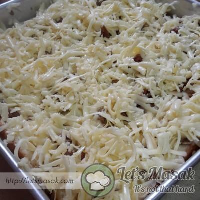 Celup lagi roti, susun & taburkan inti & keju. Buat sebanyak 3 lapisan. Lebihkan keju pada lapisan terakhir.