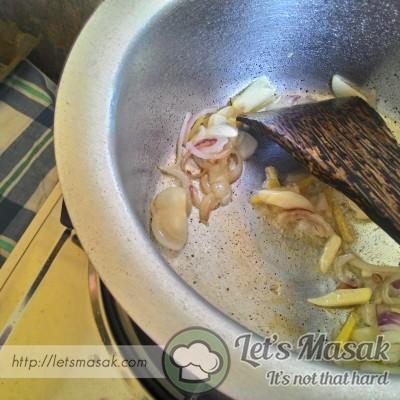 Panaskan minyak..dan tumis bawang besar ,bawang putih dan halia sehingga wangi