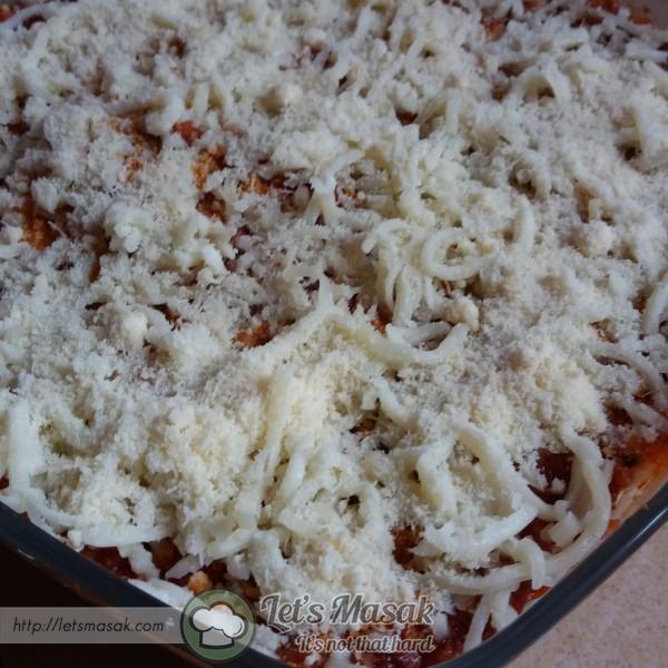 Taburkan shredded mozzarela cheese & parmesan cheese diatasnya.