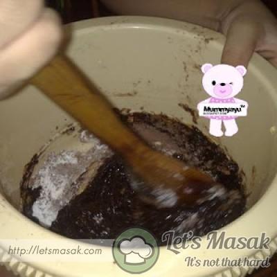 Masukkan mentega cair,koko,gula,vanilla,garam,tepung dan telur ke dalam mangkuk.