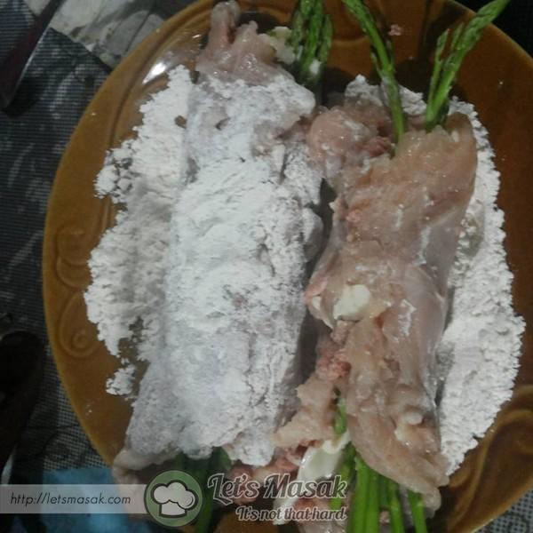 Ratakan ayam tadi dalam tepung goreng Bistari. buat perlahan supaya ayam tak terburai, kalau takut terburai, boleh diikat dengan tali kain.