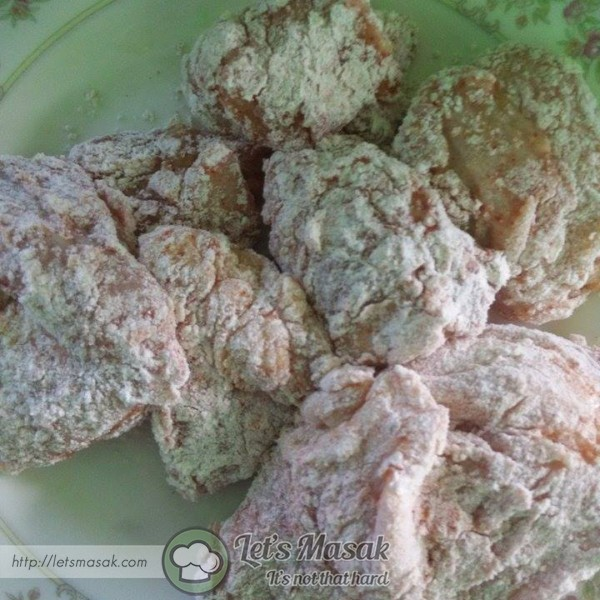 Salut  ayam dengan telur dan tepung .Ulang langkah yang sama sehingga habis